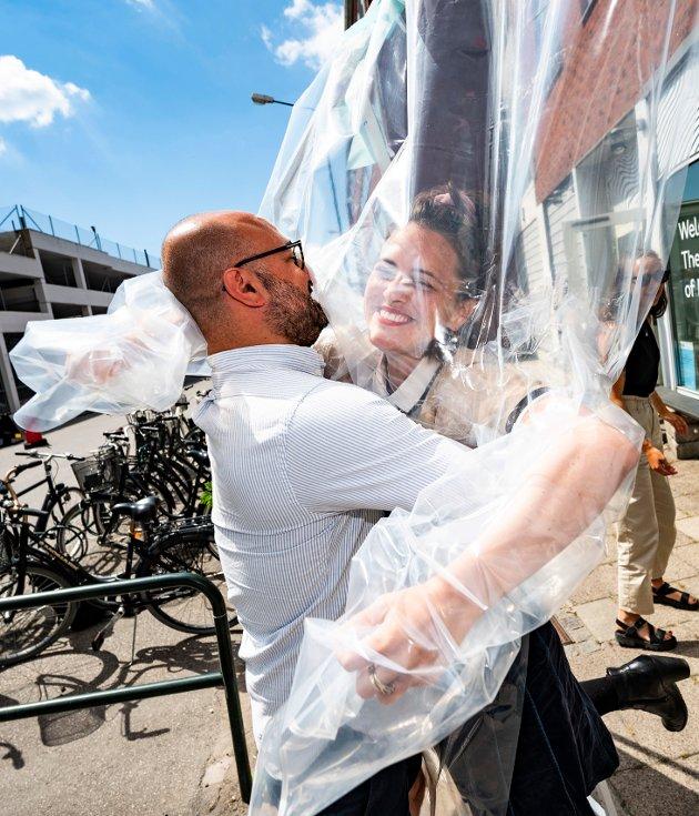 TRYGG KLEM: Yannika Ehde (til høyre) gir Hassan Moghaddam en klem på en klemmestasjon i Malmø i Sverige. På en trygg og sikker måte.
