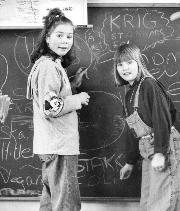 Wibekke Nesse og June Svidal ved Vassenden skule i 91.