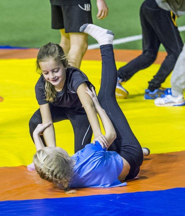 STERKE JENTER: Agnes Wildberg (9) og Nadine Skar Jørgensen (9) fra Begby Skole utfordret hverandre på brytematta,