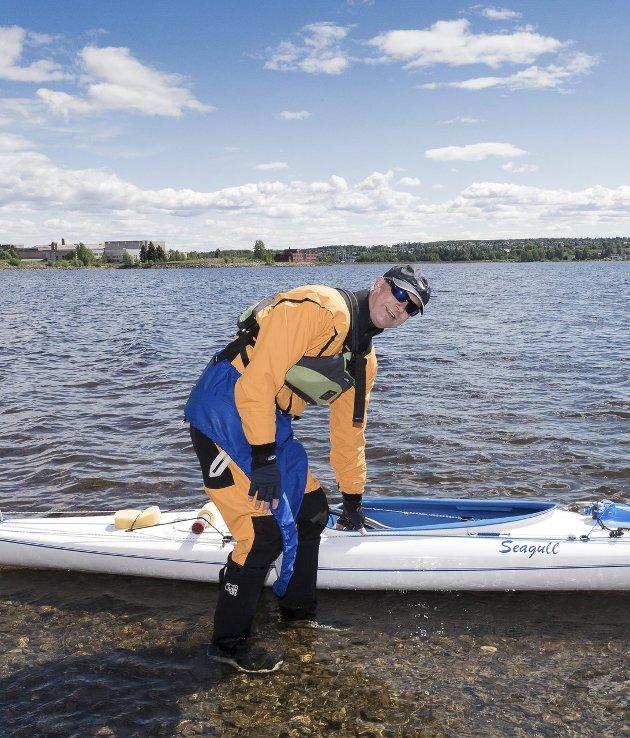 I VANNET: – En god naturopplevelse å være utpå vannet, sier Jan Gaustadsæter, som tester kajakken ute på Mjøsa.