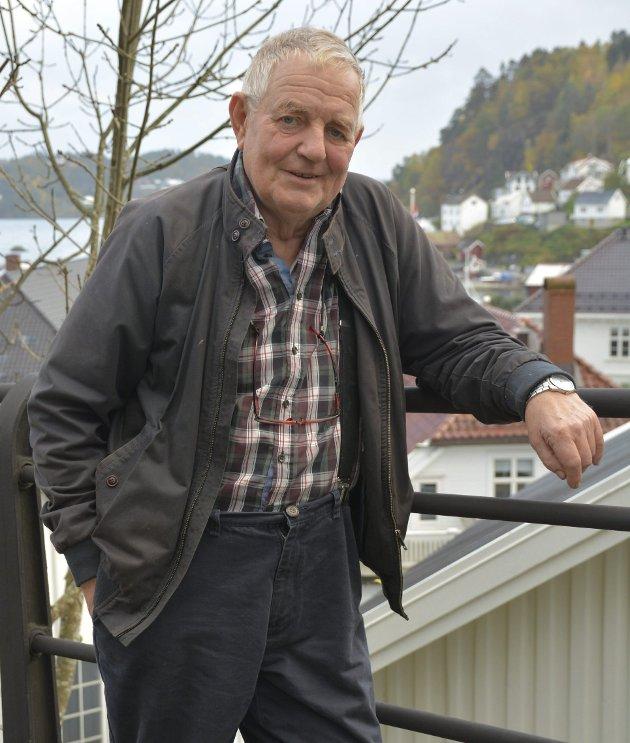 Halvard C. HAnssen: «Der står bygdas skogeiere, ofte mannfolk i sin beste alder, hjelpeløse mot udyra, observerer HC Hanssen.