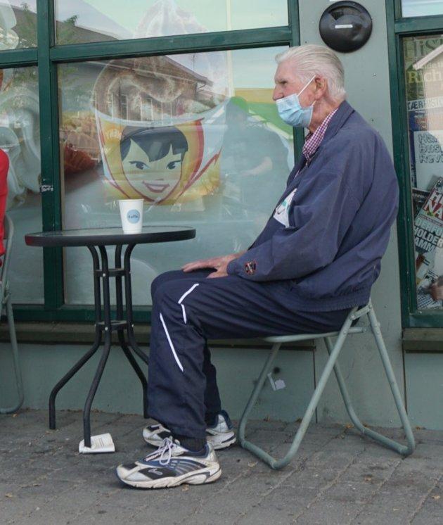 YNDLINGSPLASSEN: Otto Kristoffersen trives godt med å følge med på livet fra plassen ved «Det lille runde bordet» utenfor Narvesen-kiosken.