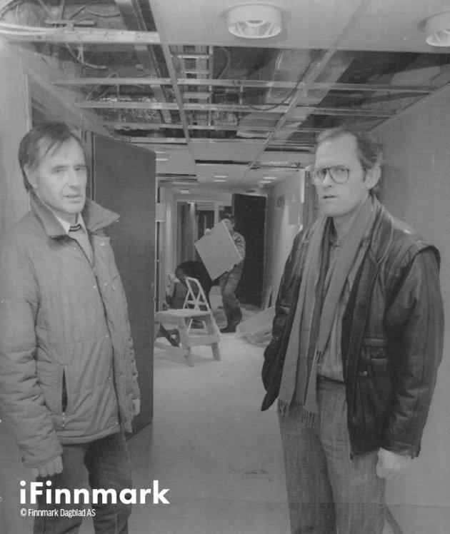 De siste forberedelsene foran innflyttingen på bo-delen av Altas nye helsesenter er i gang. Helse- og sosialsjef Daniel Haga og byggeleder Ernst Nilsen sier de første pensjonistene kan innta det ombygde hotelbygget like over nyttår. 15.12.1988.