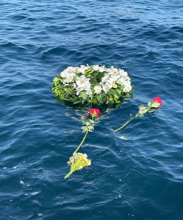 En krans og noen andre blomster ble lagt på vannet der båtulykken skjedde, for å hedre Ole Mathias Fossan som mistet livet i ulykken.