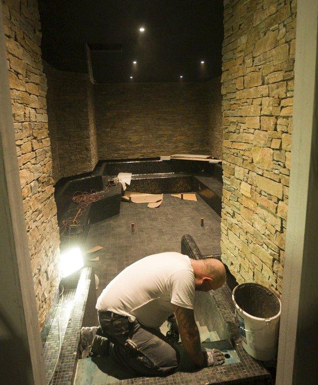 Flis: Flisleggerne har hatt en stor og utfordrende oppgave på spa – anlegget. Over 5000 kvadratmeter flis er lagt.