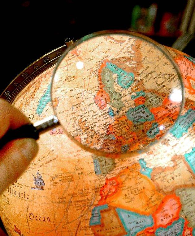 OPP NED: På en globus ser man at ved å fortsette nordover, går det snart sørover igjen. Og snur man globusen, er plutselig Tromsø ned, og Oslo opp. Skummelt?
