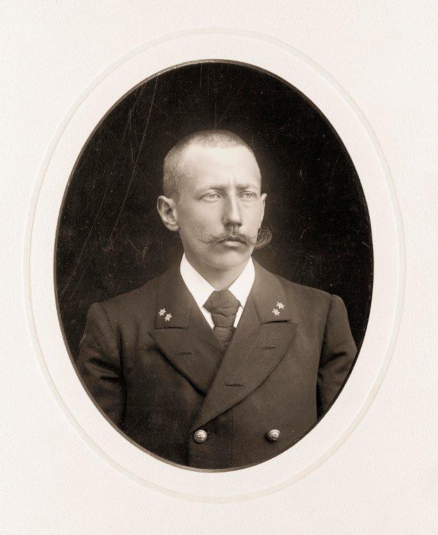 Roald Amundsen (på bildet er han 23 år) tok styrmannseksamen ved Kristiania Sjømandskole i 1895. Fartstiden hadde han som matros under kaptein Just Schrader fra Hvaler. Schrader forble Amundsens mentor. Han førte også Roald fram til skipsførersertifikat i 1902. Foto: Frammuseet.