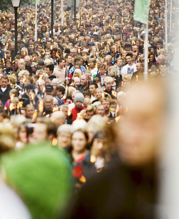 Et hav av fakler: 10.000 haldensere samlet seg i en sterk og verdig markering mot terroraksjonen i Oslo og på Utøya 22. juli. Det gikk et langt og stille fakkeltog gjennom Halden sentrum. Alle var samlet i sorgen over dem som nå er borte. Foto: Fredrik Varfjell