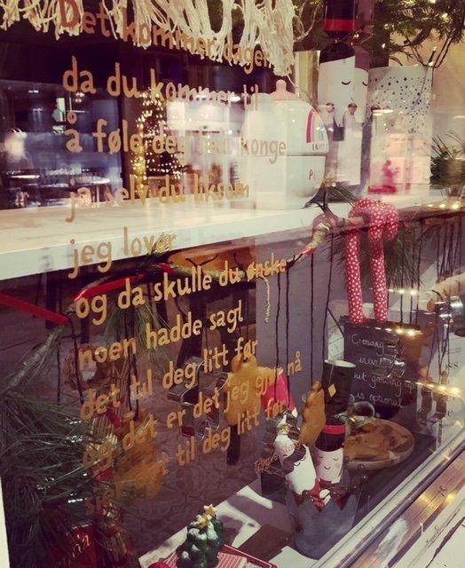 JULEKAKER: With Brød & Kaffe har pyntet vinduene sine på dikt og gode kaker