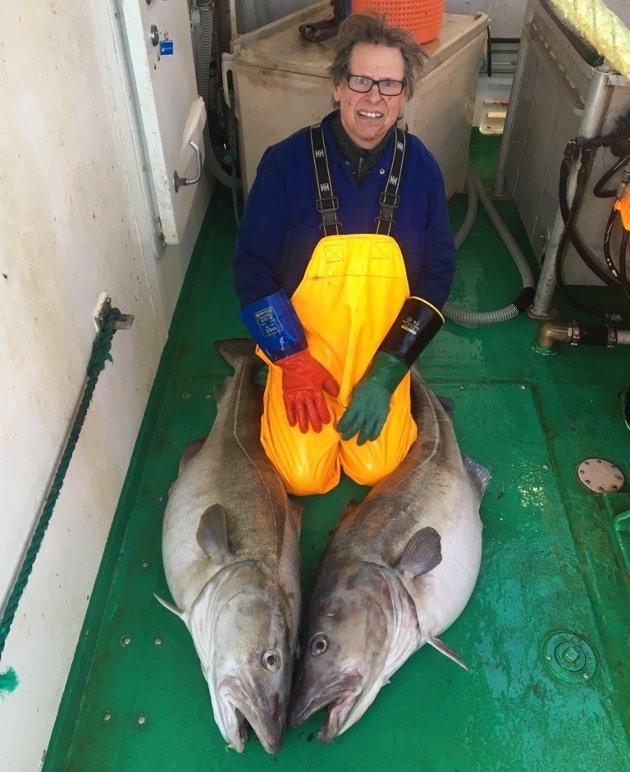 """OPPDATERT: 21. februar: I over 50 år har Lofotposten delt ut ett kilo kaffe til alle fiskere som har fått en torsk/skrei over 30 kilo, derav navnet kaffetorsk. SVOLVÆR: Egil sammen med kaffetorskene på 30 og 32 kilo han og resten av gjengen på snurrevadbåten """"Dentax Senior"""" fikk ved Moholmen, og leverte til Berg Seafood AS."""
