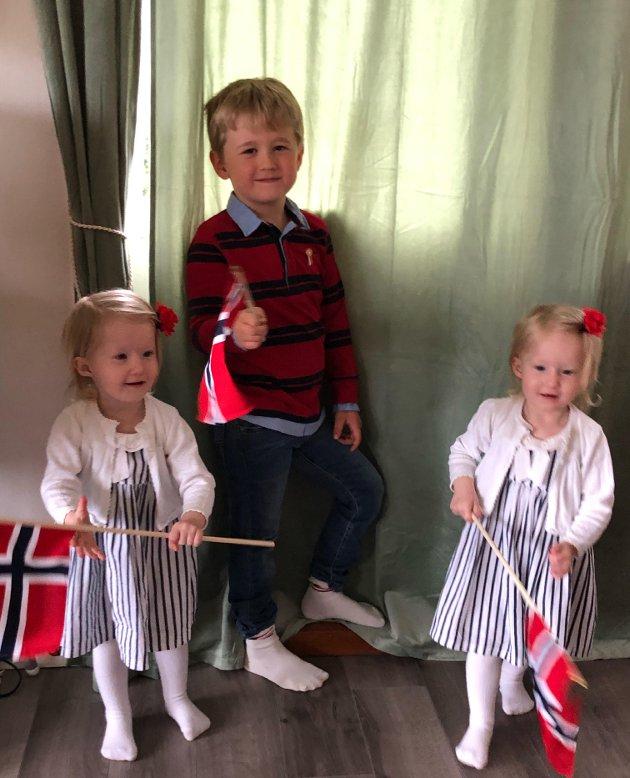 Selma, Leoander og Sophia har pyntet seg for en koselig liten feiring med familien, forteller May Taylor Johansen