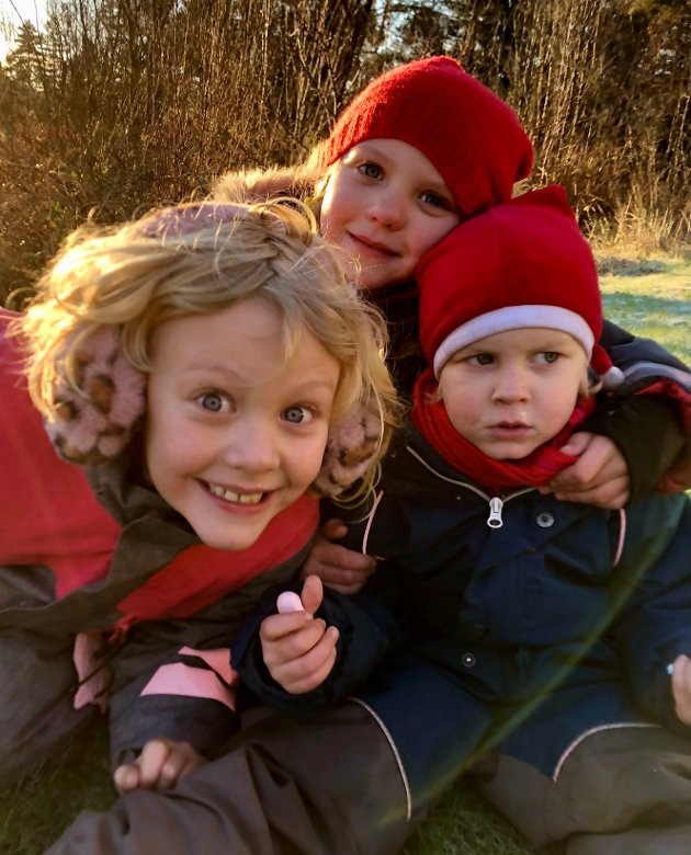 Mina, Klara og Aslak Seeberg Mikkelsen i leik etter julegraut ute i mormor sin hage.