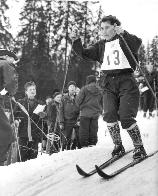 Vinter-OL i Oslo 1952:. Langrenn, kvinner,  10 km. Norske Rakel Wahl i aksjon. Hun gikk inn til en 6.plass og fikk ett olympisk poeng. Langrenn for damer var på det olympiske program for første gang.