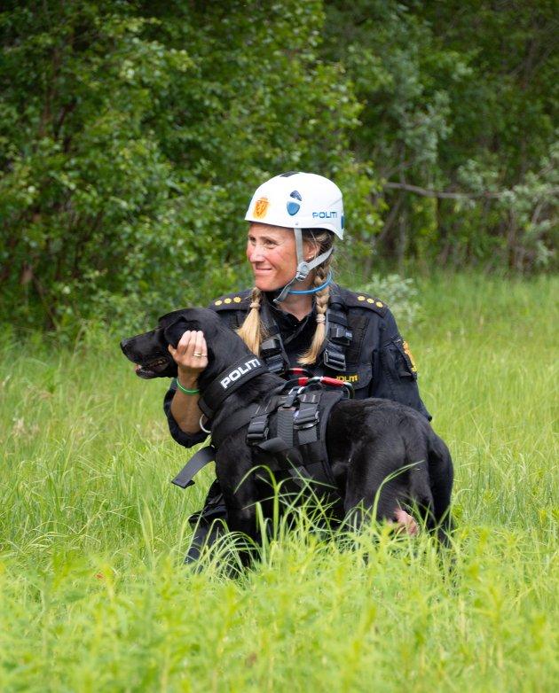 Hundefører Heidi Veronica Lillevik sammen med Ted