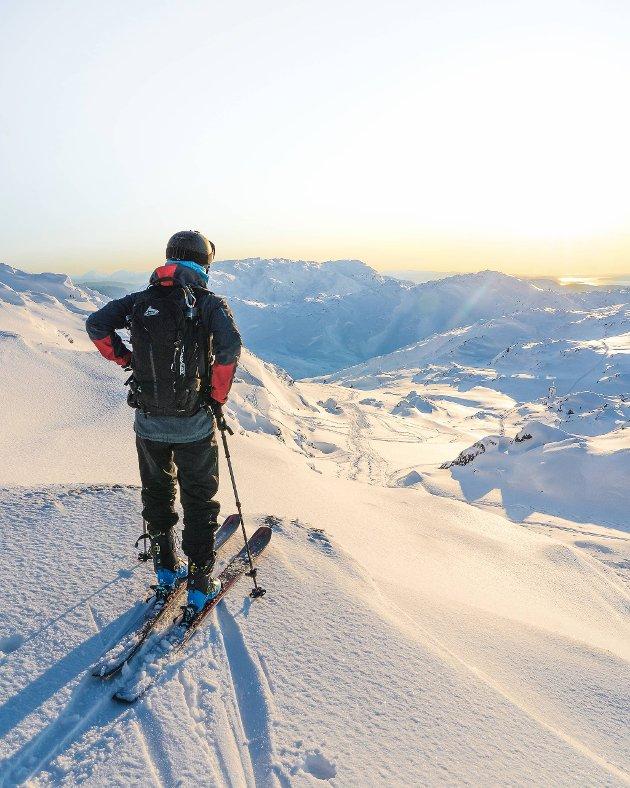 André Skjold speider utover fjellmassivet fra toppen av Gullfjellet søndag 3. januar.