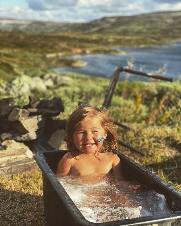 Hannah Wiig nyter sommarferien på Jakobsbu.