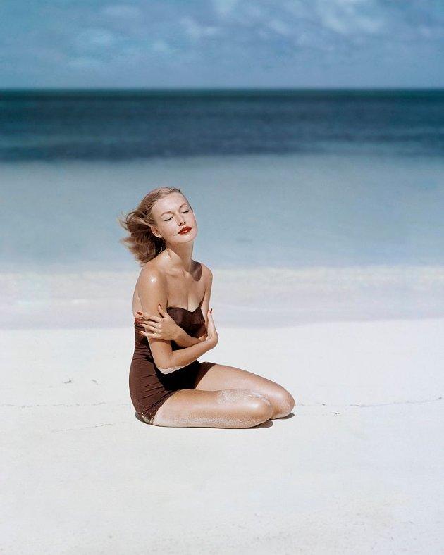 1953: Som mange andre supermodeller, ble Liz Benn (1929-2012) oppdaget i tidlig tenårene. Som 18-åring ble hun signert av modellbyrået Ford Agency. Hun giftet seg med hotelleier John Pringle som 19-åring, hvor de åpnet berømte Round Hill i Jamaica sammen.