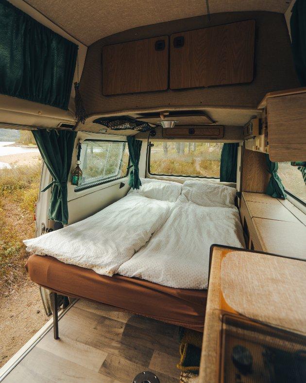 SOVESAL: Med enkle grep gjøres sofaen om til en seng.