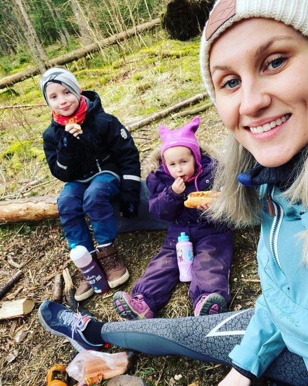 Lindy Kristin Røed: Vi koser oss masse i skogen som er rett på utsiden av døren.