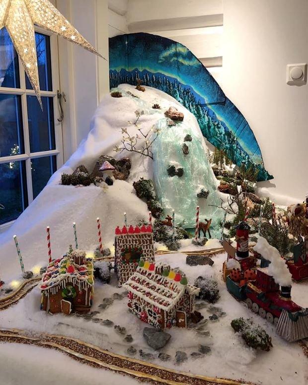 MED TOGBANE: Julelandsby fra Hatlofamilien. Pepperkakeby og advendtstog. Byen er under stadig utbygging frem til julaften.