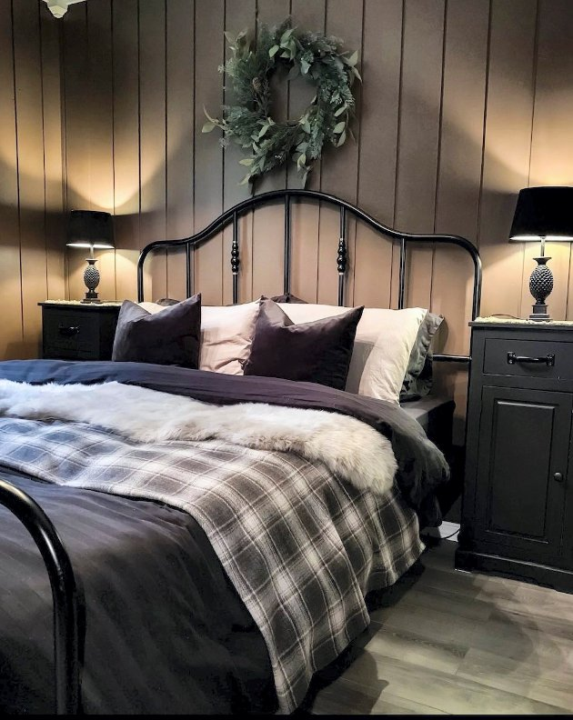 GJENNOMFØRT: Alle rommene har en gjennomført stil. Her er ett av soverommene.