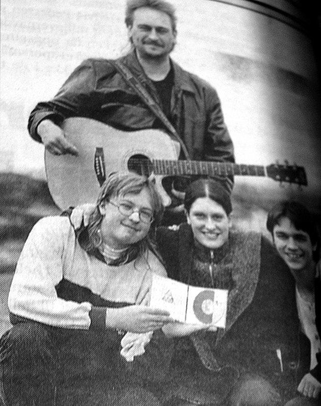 Dette høres jo egentlig bra ut, tenkte gitarlærer Jørn Svendsen. Han tok like gjerne med seg de tre musikkelevene hjem og spilte inn musikken deres på cd-plate.  Ved hjelp av eget datautstyr produserte han  en cd-plate med musikk som Bengt Ronny Lorentzen (f.v.), Randi Madsen og Glenn Martin Iversen hadde skrevet.