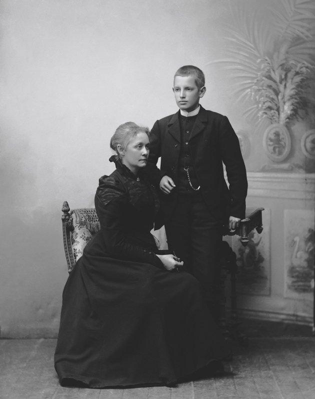 Agathe fotografert sammen med sønnen Fridtjof Backer Grøndahl. Han ble senere en kjent komponist og pianist.  Foto: L. Szacinski/Oslo Museum      FOTO:  /