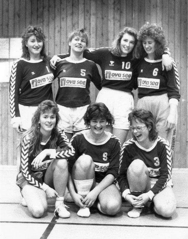 Nattvolleyball, Sleneset, 1990. – Volleyball er en sport som krever forholdsvis få utøvere, og er derfor ideell for oss her ute på Sleneset. Her ser vi Øyan ILs damelga etter en lang kampnatt.