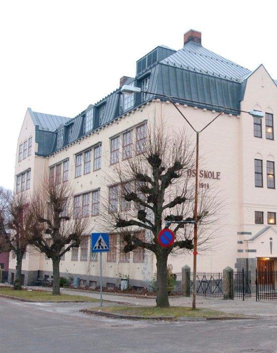Os skole: – Utvendig ser skolen ut til å være en mellomting mellom en borg og et renessansehus, men også med gotiske trekk, skriver Sverre Stang i dagens Signert. Foto: Sebastian Backe Eriksen