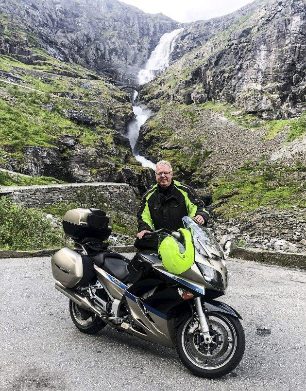 TROLLSTIGEN: Det er spektakulært å kjære motorsykkel opp og ned Trollstigen. På ha-halden.no kan du bli med på deler av den første turen jeg kjørte ned – med kamera festet på toppen av hjelmen. Foto: En vennlig tysk kvinnelig turist