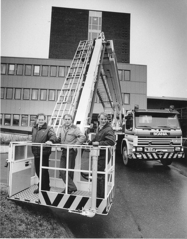 Rana brannvesen, 1986. En ny brannbil har lenge stått på ønskelista til brannvesenet på Mo. I går fikk de demonstrert en kombinert stige- og snorkelbil, som høstet mye ros. Fra venstre: Brannmester Odd Erlandsen, brannsjef Kjell Pedersen og Odd Falck som viste fram kjøretøyet.