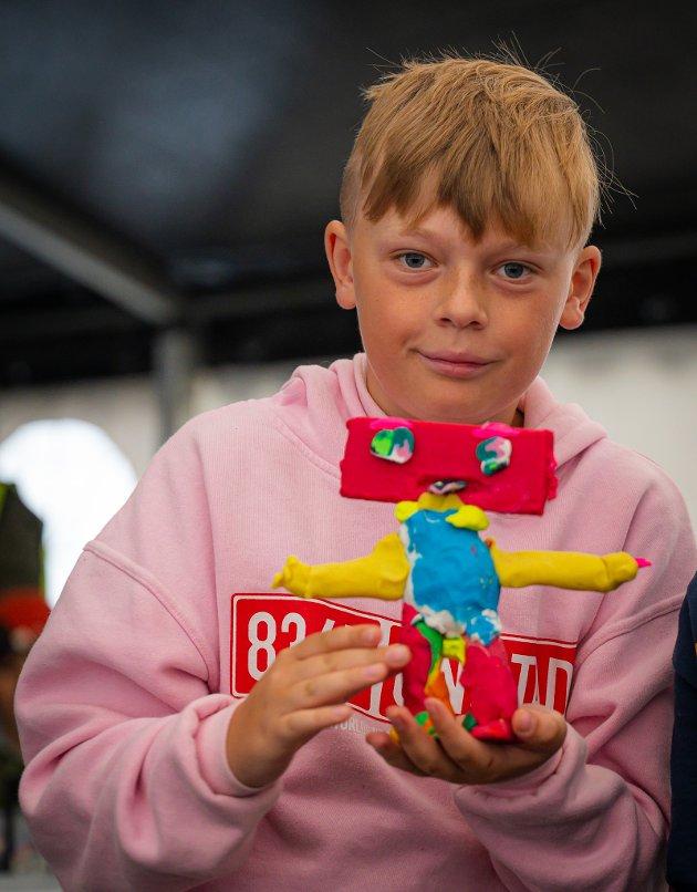 Kunstprosjektet for barn og unge heter «Lappetepper og drømmer», og ble avholdt i festivalteltet i Leknes sentrum tirsdag.