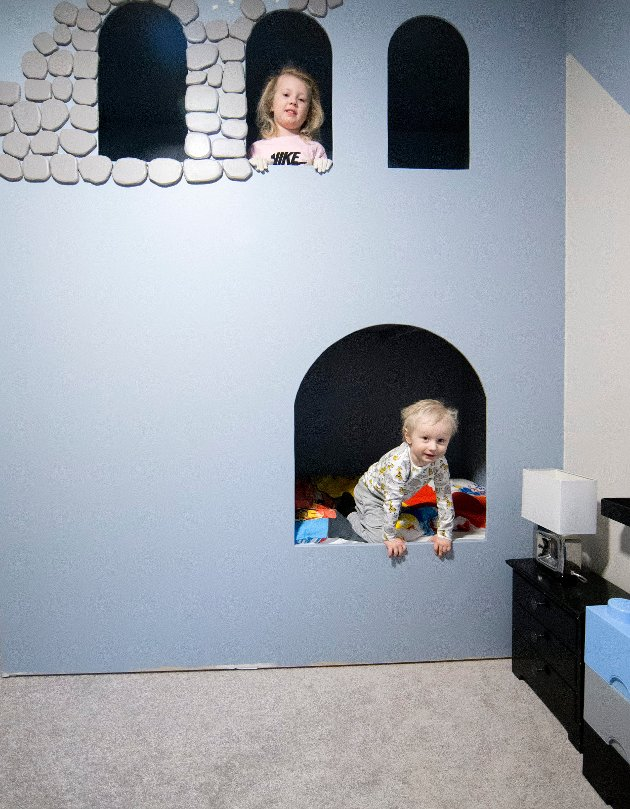 Isaac Bjordal (3) har egen borg som seng  - laget av pappa. Storesøster Celina Bjordal (5) leker gjerne med.