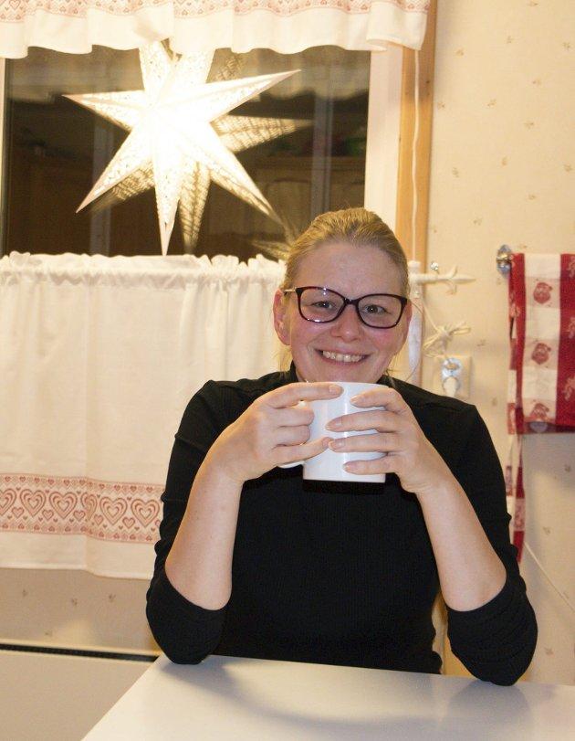 VANLIG JUL: Monika Neuberg tar imot julehjelp til seg og sine fra Frelsesarmeen.