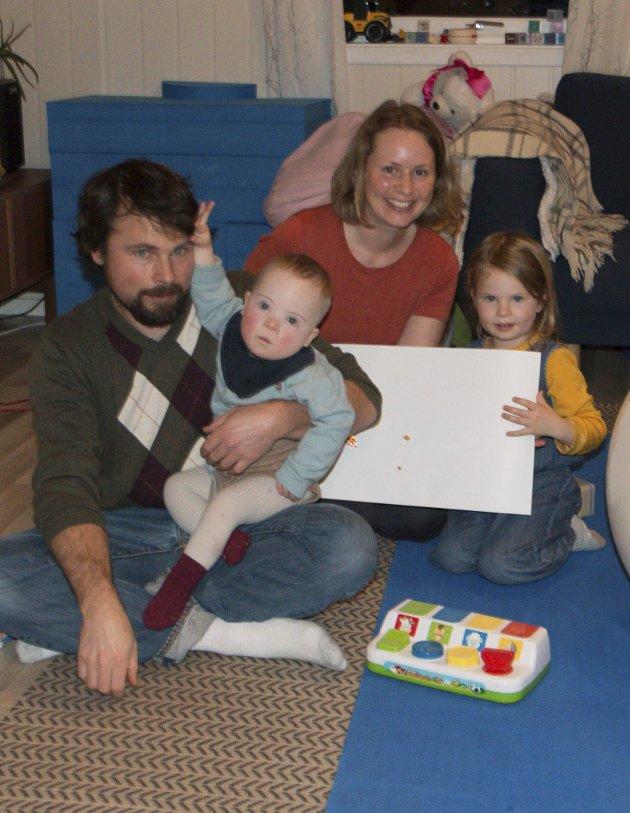 FLYTTER: Pappa Mark Lambert, Dylan (2), Rachel Ekren og Rebekka (4).