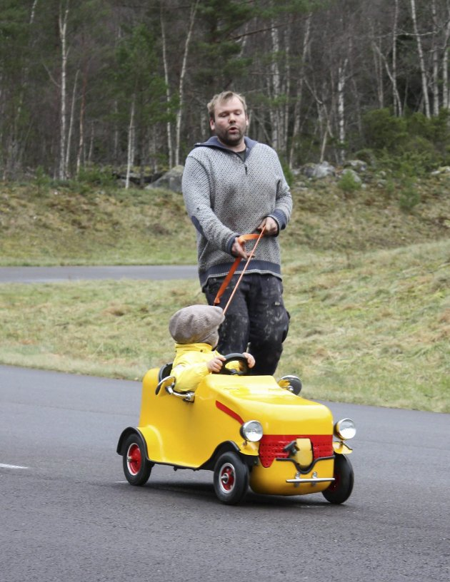 I band: Bilbyggjar Eivind Jåstad går bak og held i tauet.