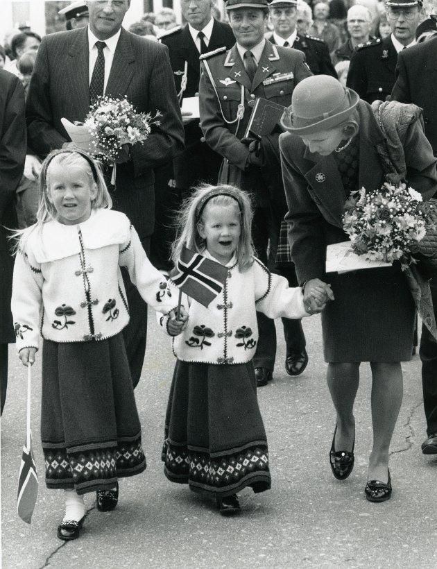 Kongeferden, Kabelvåg. Therese Valeur og Elise Valeur fikk slå følge med dronning Sonja.