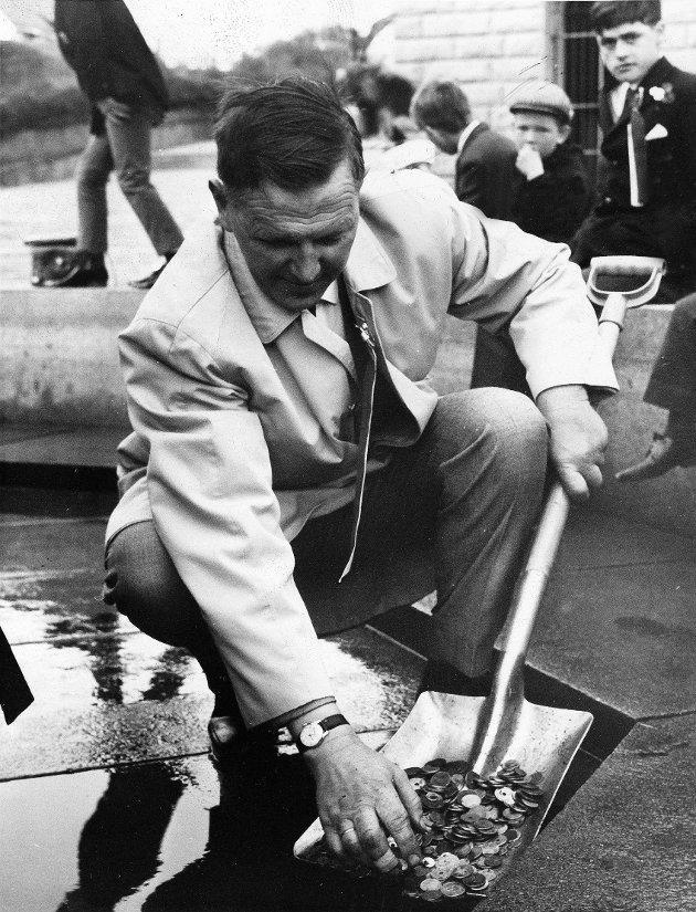 KIRKEKRONER: 17. mai i 1968 kunne folk kaste mynter oppi Rådhusfontenen for å ønske seg ny kirke på Rossabø. Aksjonskomiteens formann, slaktermester Erik O. Melkeraaen, kunne spa opp over 3.000 kroner fra fontenen.