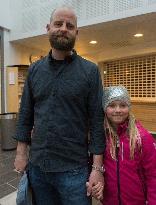Sanna Holmen (8): - Jeg vil gjerne ha mat på skolen. Morten Holmen: - Jeg kom på møtet fordi jeg bor på Nesna. Så enkelt. For datteren min håper jeg at Nesna kan fortsette å ha tilbud fra barnehage til doktorgrad.