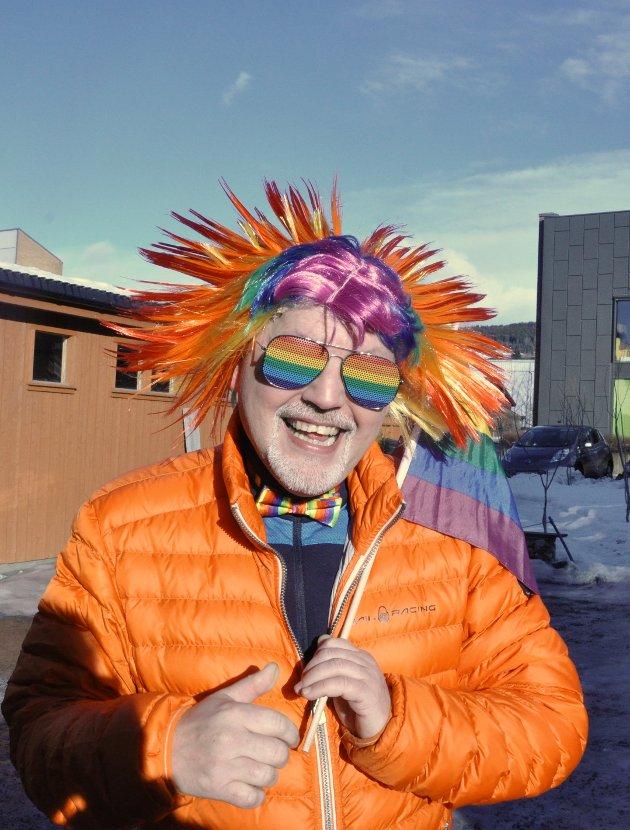 Roar Antonsen klar for Prideparade. Han hadde lagt en del arbeid i dagens påkledning, og mente det var helt på sin plass å pynte seg for anledningen.