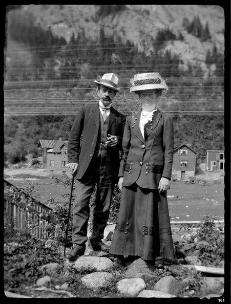 PÅ BØEN: Malermester Karl Andersen, Anne Sophie Andersen (f. Henriksen). Ved Storgaten 9, med Potetkjellertomta og Skriugaten 11 - 15 bak. Opprettet lørdag 1 Juli 1911