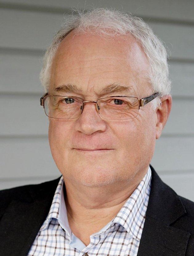 Journalister bør stille kritiske spørsmål før de ytrer sterke meninger, mener tidligere redaktør Atle Hagtun.