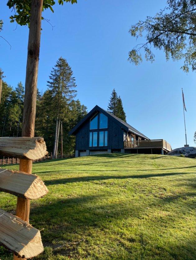 STORE VINDUER: Paret har bygget på huset i den ene enden og satt opp panoramavinduer.