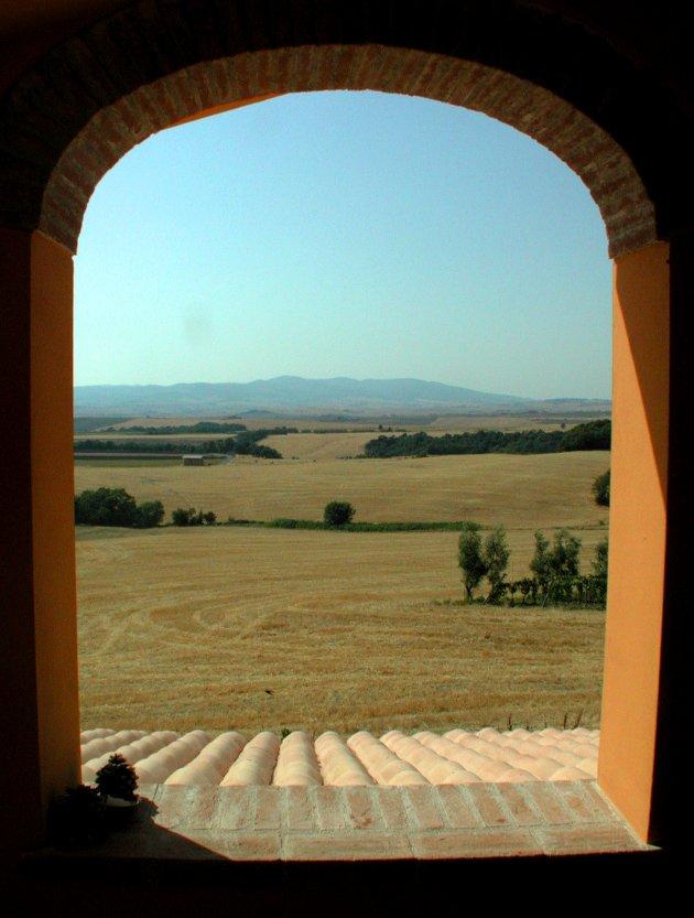 ÅKRE: Fra Toscanas landsbyer kan du skue utover åkre og vinranker. (Foto: Per Løchen / NTB scanpix)  FOTO: Løchen, Per /