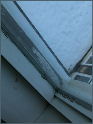 «Vindu i klasserom andre etasje. Vindu fra byggeår. Etterslep på vedlikehold i omramming. Tidligere observert vanninntrengning. Bildet er gjeldende for stort sett alle vinduer i skolebygget.»