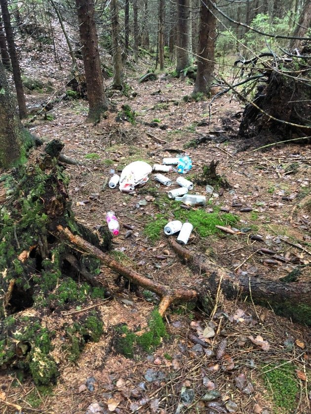 Dessverre finner vi fra tid til annen «gjenglemt» søppel i marka vår, som her ved Oppegårdstjernet denne uken. Ta med en ekstra plastpose og et par engangshansker i sekken, så er det fort gjort å rydde opp.