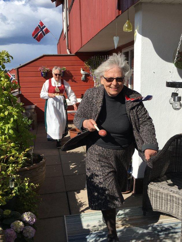 Alternativ feiring. De eldste i aksjon under potetløp på terrassen.