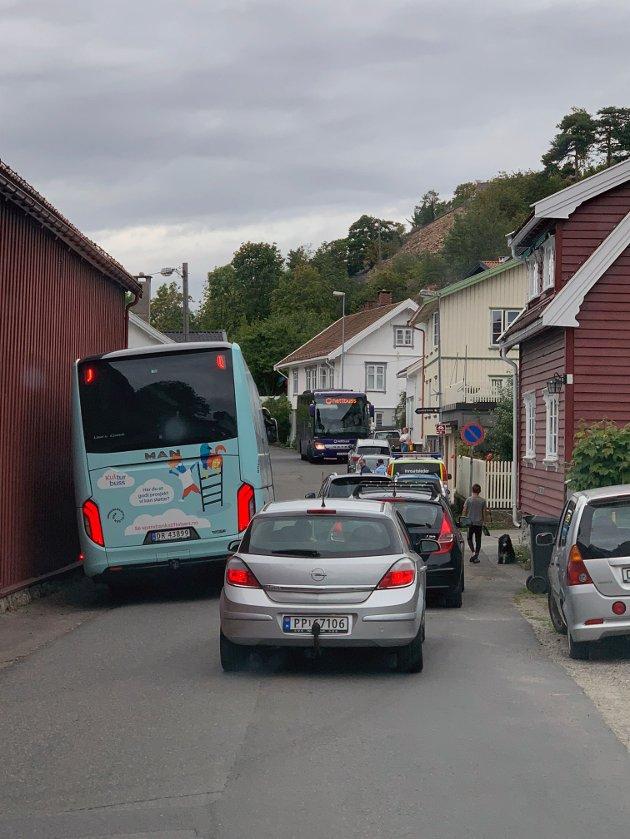 15 mEeter lange busser på den fortausløse og trange Husvikveien skaper daglig kaos sommertid.