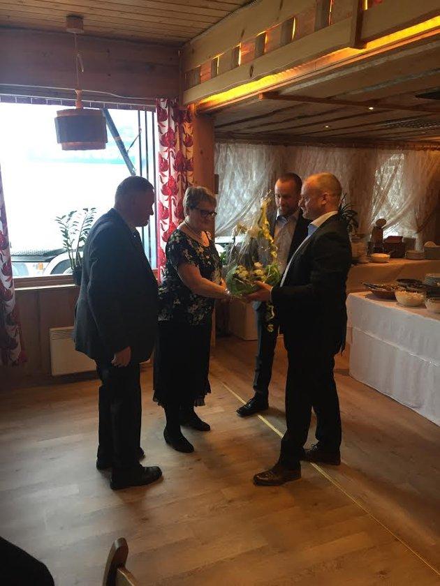 Frode og Morten Galåen gir blomstre til mor og far May og Roald Galåen, som takk for deres innsats i transportfirmaet.