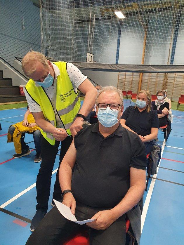 STAKK INNOM: En herværende skribler får første vaksinedose, satt av vaksinatør Thorsten Janvin.